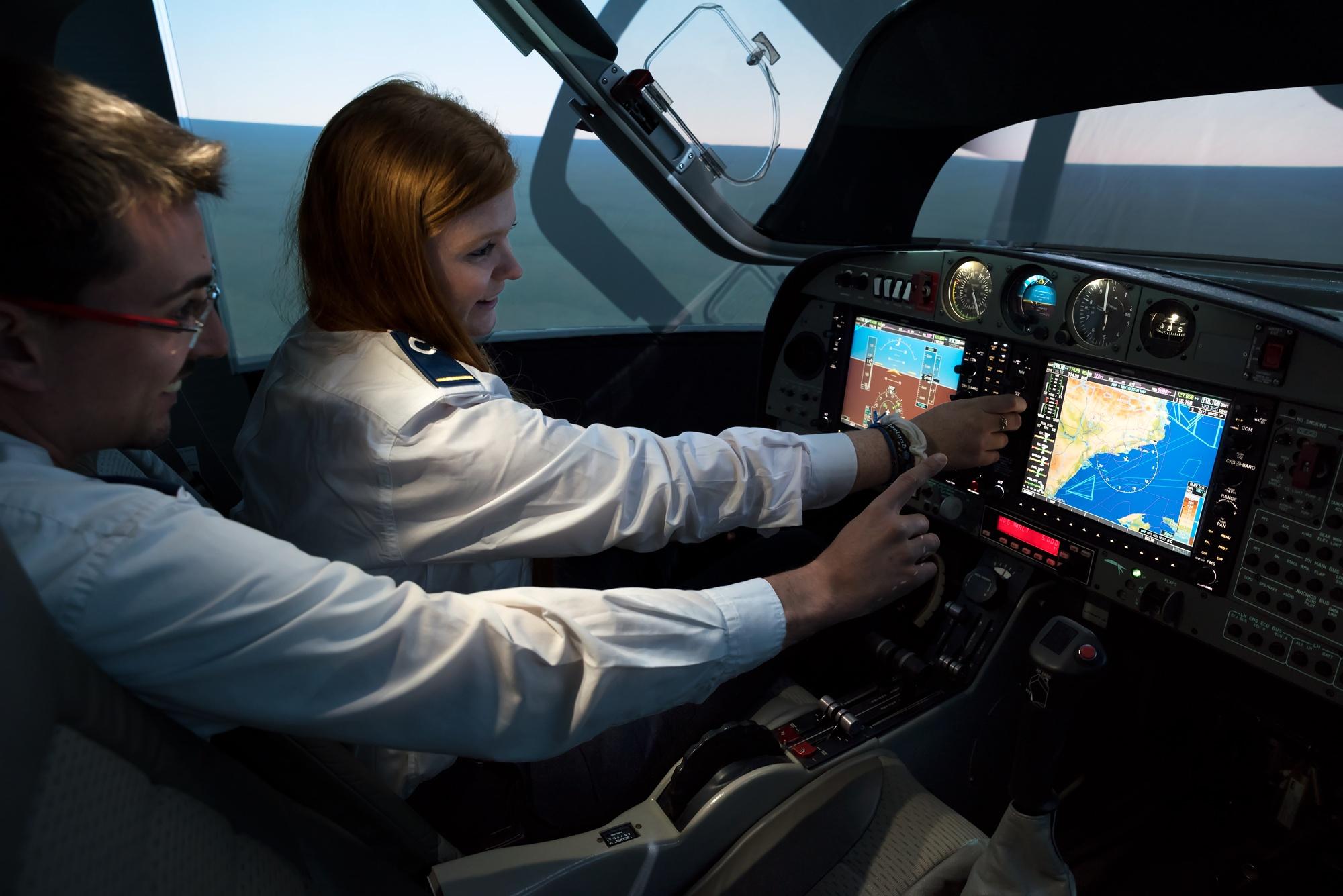 Simulador de CESDA con alumna piloto e instructor