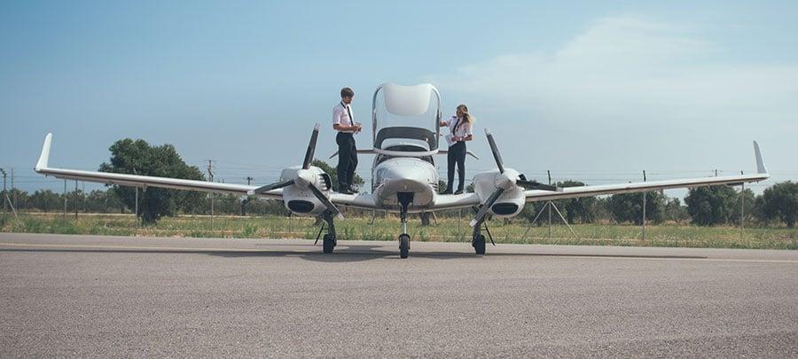 estudiantes de CESDA revisando un avión