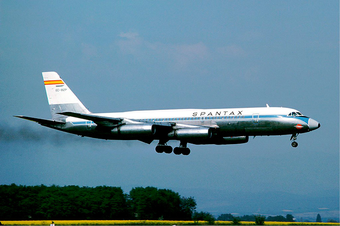 Convair C990 de Spantax volando